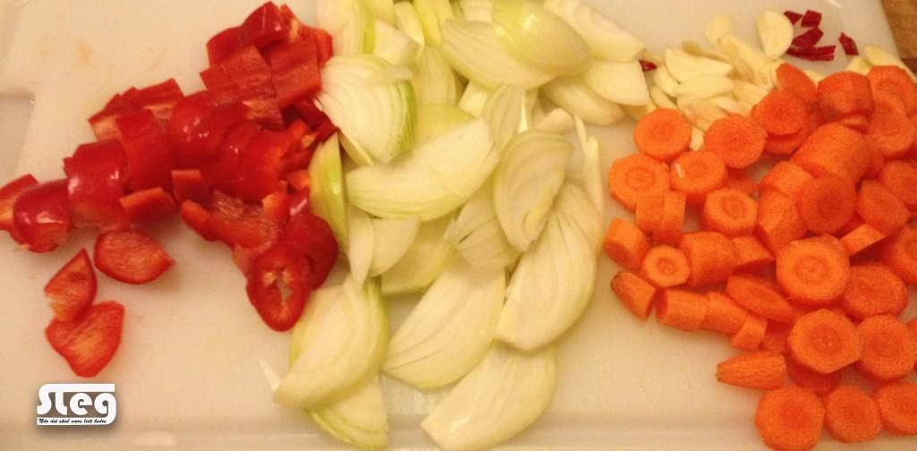 hak grøntsagerne, gerne lidt rustikke
